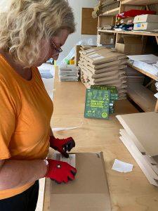 Über 200 Bücher hat in diesem Jahr Christa Weiß von der Stiftung natur mensch kultur verpackt und versendet